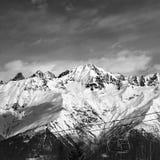 Remonte-pente noir et blanc en montagnes de neige au beau jour d'hiver Photographie stock