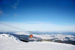 Remonte-pente rouge dans la station de sports d'hiver Borovets en Bulgarie Belle image de l'hiver landscape Images stock