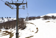 Remonte-pente sur la pente d'une grande station de sports d'hiver dans Vasilitsa Images libres de droits