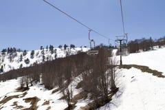 Remonte-pente sur la pente d'une grande station de sports d'hiver dans Vasilitsa Photo stock