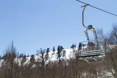 Remonte-pente sur la pente d'une grande station de sports d'hiver dans Vasilitsa Image stock