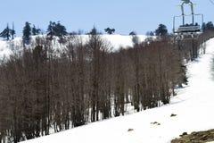 Remonte-pente sur la pente d'une grande station de sports d'hiver dans Vasilitsa Photographie stock