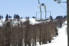 Remonte-pente sur la pente d'une grande station de sports d'hiver dans Vasilitsa Photos stock