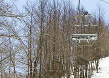 Remonte-pente sur la pente d'une grande station de sports d'hiver dans Vasilitsa Images stock