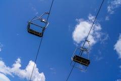 Remonte-pente vide avec le ciel bleu Photo libre de droits