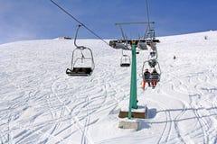 Remonte y esquiadores Imagen de archivo libre de regalías
