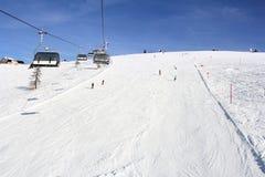 Remonte y esquiadores Fotografía de archivo libre de regalías