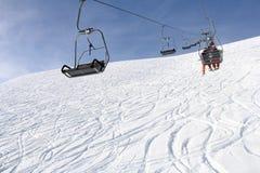 Remonte y esquiadores Imagenes de archivo