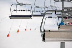 Remontes sobre una cuesta nevada del esquí Imagen de archivo libre de regalías