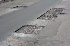 Remontowy bruk i kłaść nową asfaltową łatanie metodę outdoors Drogi naprawa, Asfaltowy bruk obrazy royalty free