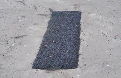 Remontowy bruk i kłaść nową asfaltową łatanie metodę outdoors remontowa droga obraz stock