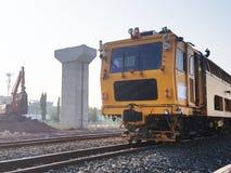 Remontowy pociąg na kolei w nowożytnym taborowym struktury tle zdjęcia stock