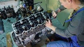 Remontowy stary samochodowy silnik w remontowym sklepie zbiory wideo