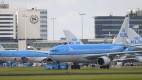 Remorquage d'Airbus 330 au service Images stock