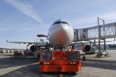 Remorquage d'avion photos stock