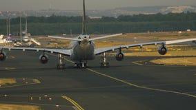 Remorquage d'avion commercial quatre moteurs clips vidéos