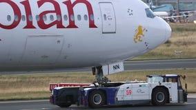 Remorquage d'avion de service banque de vidéos