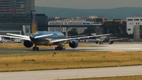 Remorquage de Boeing 787 Dreamliner de Vietnam Airlines banque de vidéos