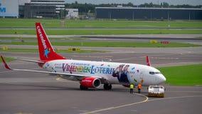Remorquage de Corendon Dutch Airlines Boeing 737 banque de vidéos