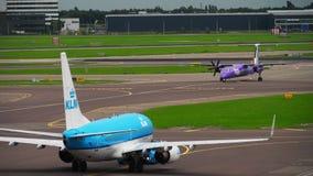 Remorquage de KLM Boeing 737 banque de vidéos