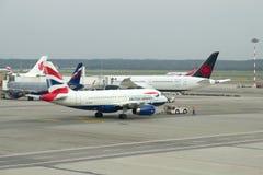 Remorquage de l'Airbus A319 G-EUOI de British Airways sur une piste Aéroport de Malpensa Photographie stock