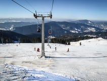 remorquage de ski en montagnes carpathiennes en hiver Photographie stock