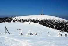 Remorquage de ski, Petrovy kameny et colline de Praded en montagnes de Jeseniky d'hiver Photo stock