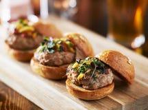 Remorquage de trois mini glisseurs d'hamburger de dinde avec des petits pains de brioche photos libres de droits