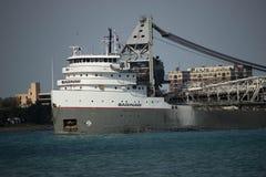 Remorquage du bateau sur la voie d'eau Images stock