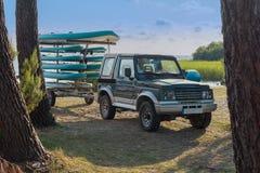Remorque avec des kayaks et des palettes images libres de droits