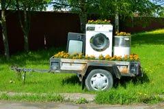 Remorque avec les appareils ménagers. Photo stock