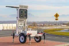 Remorque d'affichage de vitesse de radar avec le signe de limitation de vitesse photos libres de droits