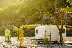 Remorque de caravane sur la plage ensoleillée photos libres de droits