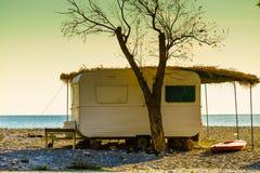 Remorque de caravane sur la plage ensoleillée images libres de droits