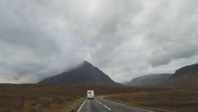 Remorque de collecte de rv sur la route de montagne en Ecosse image stock