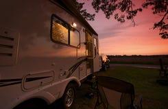 Remorque de course dans le coucher du soleil Photographie stock libre de droits
