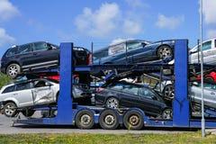 Remorque de transporteur de voiture avec les voitures d'occasion à vendre sur la plate-forme de couchette photo libre de droits