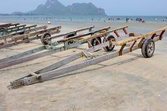Remorque pour des bateaux sur la plage Image stock