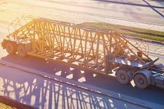 Remorque pour le transport des structures en béton au soleil photo stock