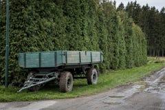 Remorque verte garée sur un chemin forestier Image stock