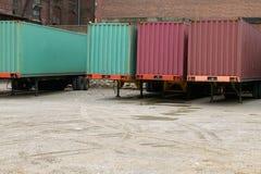 Remorques de fret de camion garées au dépôt commercial photo libre de droits