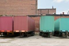 Remorques de transport de fret de camion garées au dépôt photo libre de droits