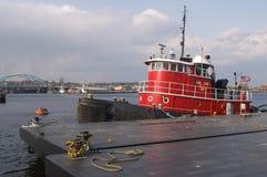 Remorqueur au dock photo stock