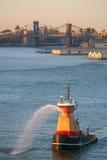Remorqueur dans l'East River images libres de droits