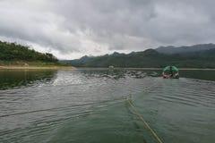 Remorqueur dans la province de Kanchanaburi de barrage de Srinakarin, Thaïlande Photos libres de droits