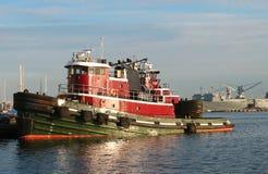 Remorqueur dans le port Photo stock
