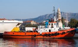 Remorqueur dans le port de la fente, Dalmatie, Croatie image stock