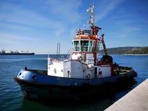 Remorqueur dans le port M Photo libre de droits