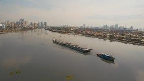 Remorqueur et péniche de vue aérienne dedans la mer Philippines, Manille images stock