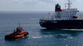 Remorqueur rouge tirant un bateau photos libres de droits